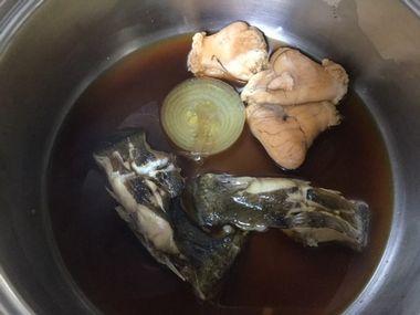 鍋に残した赤カレイと卵です。