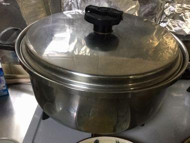 ふたをしている煮つけの鍋です。