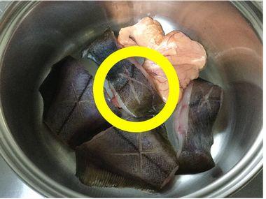 鍋底の隆起した部分に分厚い身を置いてしまっています。