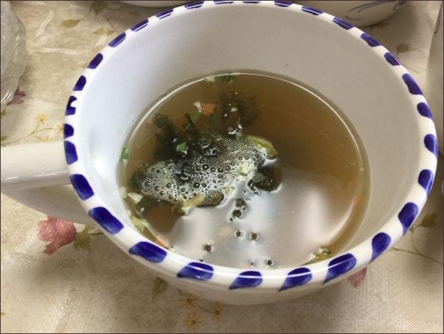 らっこがチャーハンの元にお湯を注いで作ったスープです。