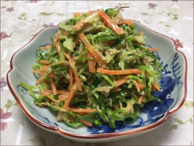 らっこが作った、にんじん入りのキャベツの外葉のツナマヨカレー味です。
