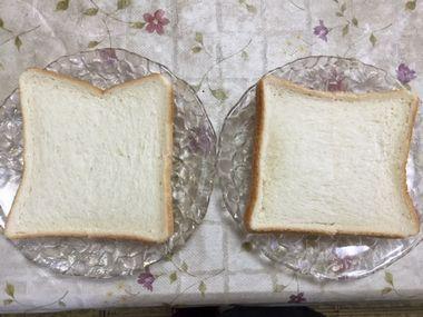 田の字に切込みを入れた食パン2枚です。