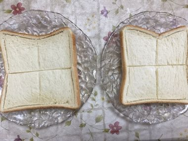 田の字に切込みを入れて焼けた食パン2枚です。
