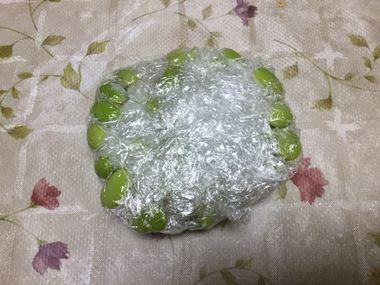 冷凍用に包んだ枝豆ごはんです。