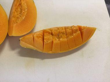 食べやすいように切り終えたまな板の上のパパイヤです。
