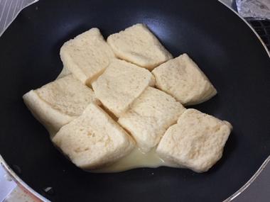 フレンチトーストを焼いています。