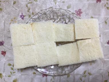 耳を切り落として4つ切りにした食パン2枚分です。
