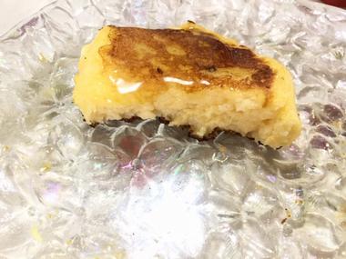 かじりかけの薄いフレンチトーストです。
