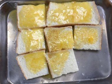 食パンに卵液を浸しています。