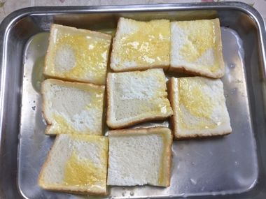 卵液を浸した食パンをひっくり返した様子です。