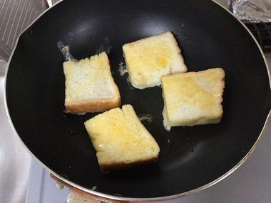 フレンチトーストを焼き始めました。