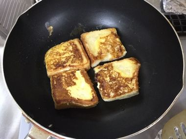 片面焼いてひっくり返したフレンチトーストです。