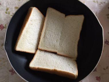 食パンを半分に切ってフライパンに並べた様子です。