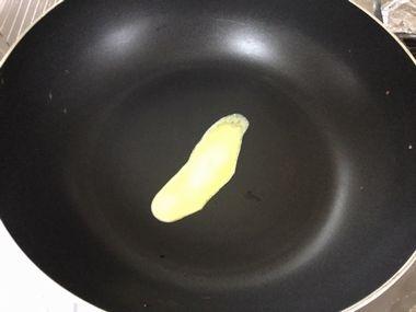 フライパンの上で溶けているバターです。
