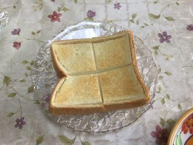 普通にトースターで焼いた食パンです。