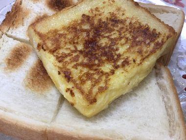 焼きパンの上にフレンチトーストをのせています。