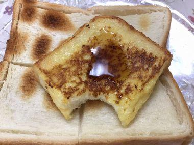 メープルシロップをかけたフレンチトーストです。