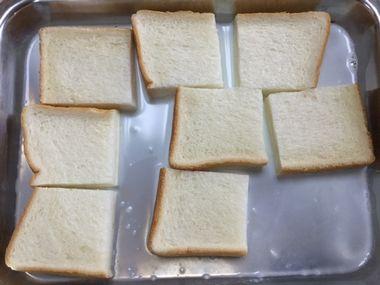 食パンにむき無ミルク液を浸しています。