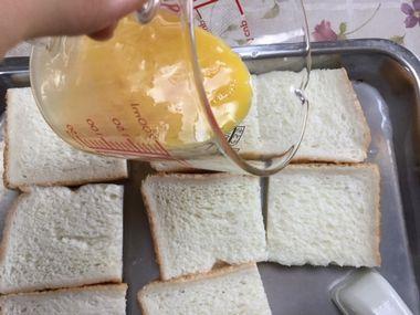 食パンに卵液をかけようとしています・