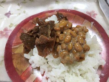 ごはんにのせた浅草今半の牛肉すき焼きと納豆です。