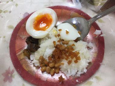 ご飯と漬物とゆで卵と納豆です。