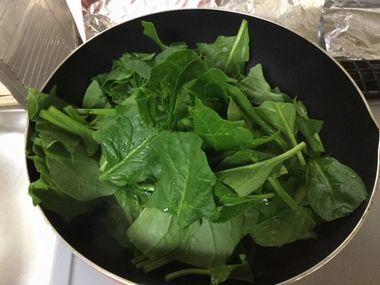 ホウレン草の葉を炒めようとしています。