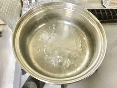 小鍋にお湯が沸いています。