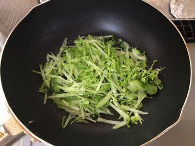 キャベツの外葉を炒めています。