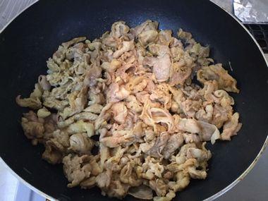 豚肉を炒めています。