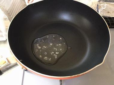 フライパンにツナ缶の油がひかれています。