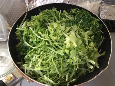 キャベツの外葉と椎茸の軸を炒めています。