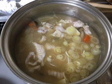 鶏肉の皮を入れたお味噌汁です。