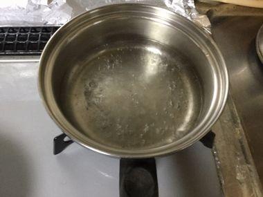 小鍋で沸騰したお湯です。