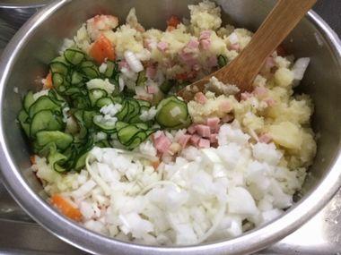 ポテトサラダを作っています。