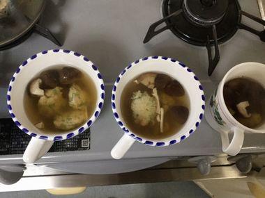 カップによそった椎茸と鶏団子のスープです。
