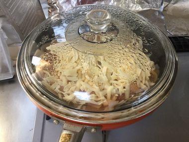 チーズを蒸し焼きにしています。