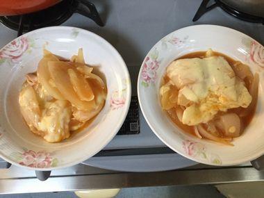 お皿によそった新玉ねぎのチーズ蒸し焼きです。
