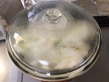 フライパンのふたに水滴が付いている様子です。
