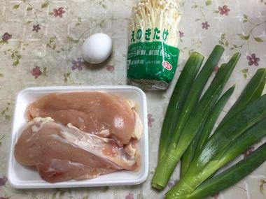 鶏むね肉とえのきとねぎと卵です。