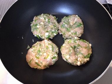 フライパンで鶏つくねのタネを並べたところです。