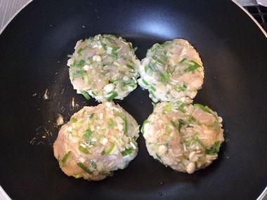 鶏むね肉のつくねハンバーグを焼いています。