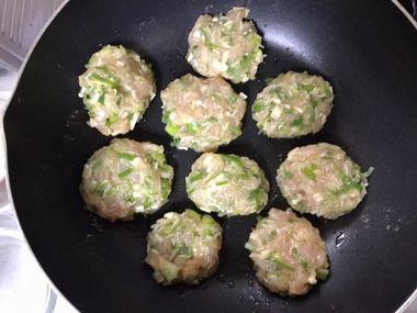鶏むね肉の小判型のつくねを焼いています。