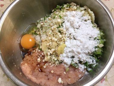 鶏むね肉のつくねのタネを作っています。