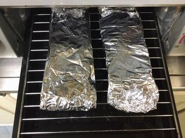魚焼きグリルにセットしたタケノコ包みです。
