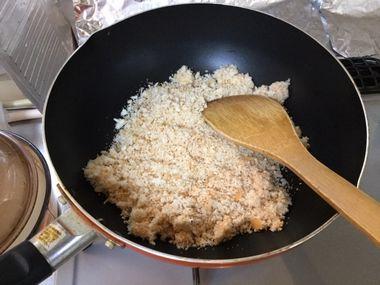 パン粉をフライパンで炒めています。