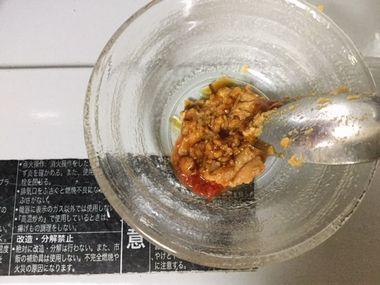 味噌とオイスターソースと豆板醤を混ぜ合わせています。
