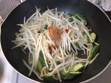もやしとオクラの味噌炒めです。