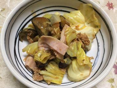 ナスとキャベツのツナケチャップ炒めです。