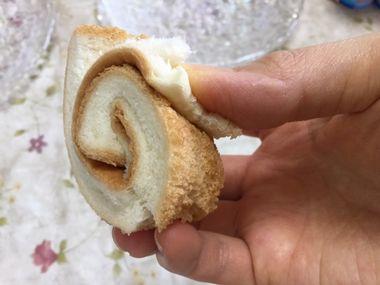 パンの耳を渦巻き状に丸めました。