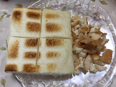 焼いた耳なし食パンと、パン粉未満です。